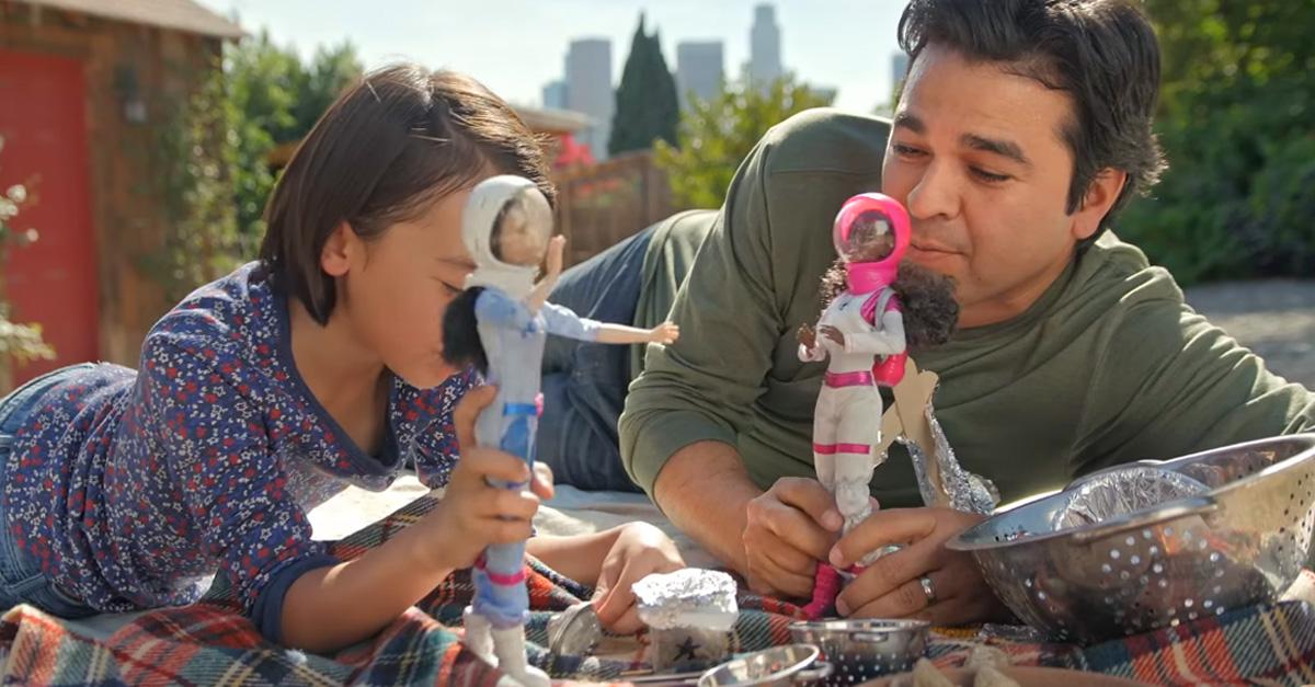 Estos padres le demuestran a otros que jugar con muñecas está bien