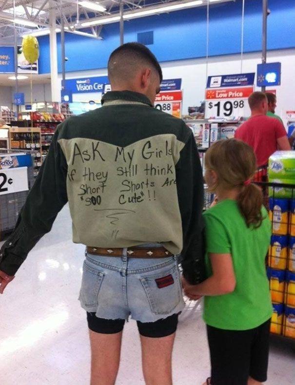 un padre le da una lección a su hija usando short cortos en público
