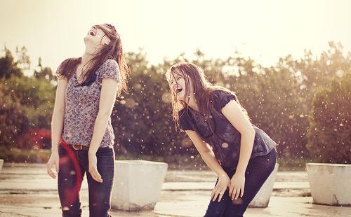 un par de chicas riendo a carcajadas