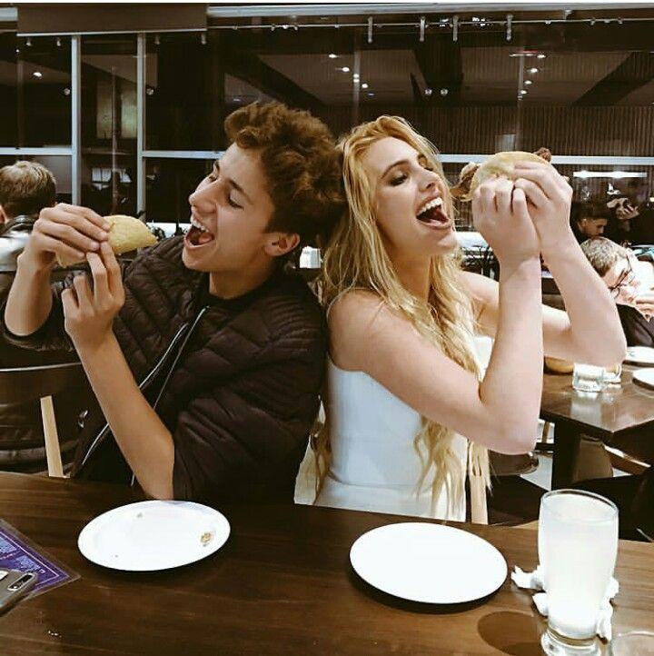 pareja de novios comiendo tacos en restaurante