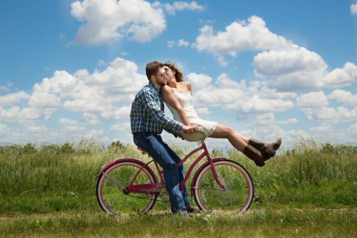 pareja en bicicleta por el campo