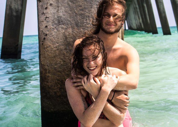 pareja abrazados junto al muelle