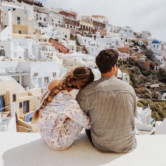 pareja observando una ciudad