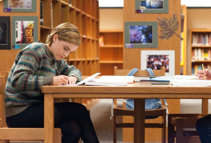 mujer escribiendo en mesa
