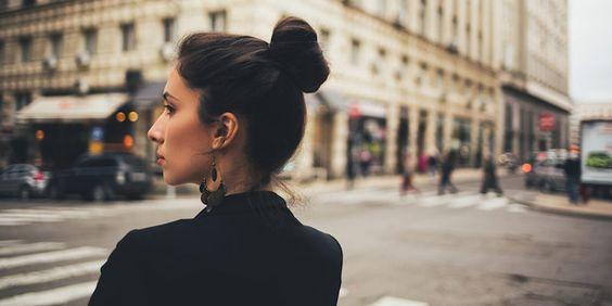 chica sobre la avenida