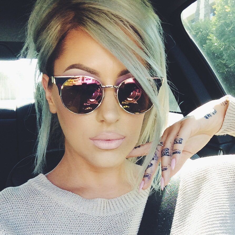 chica con lentes cat-eye conduciendo