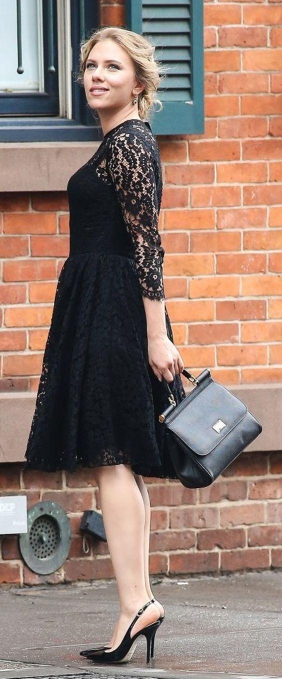 scarlett johanson con vestido negro sonriendo mirando hacia arriba