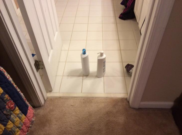 frascos de champú en un baño