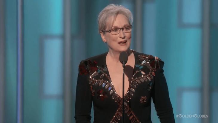 mujer con lentes en microfono