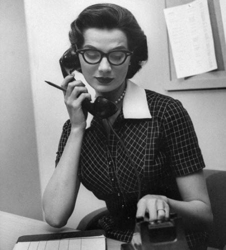 secretaria al teléfono tomando nota