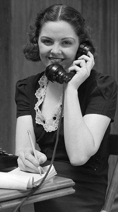 secretaria en posición correcta con telefono
