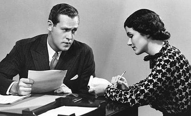 secretaria con su jefe tomando dictado
