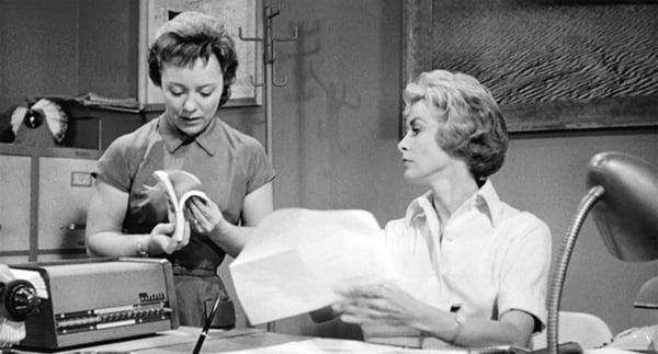 secretarias platicando en la oficina