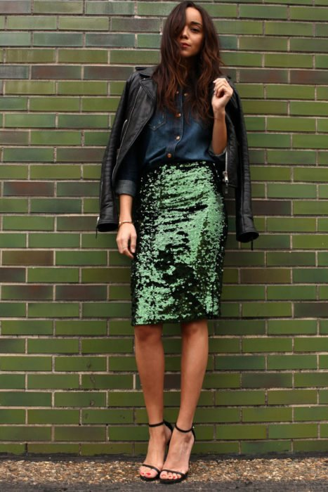 mujer con falda de lentejuelas y chaqueta