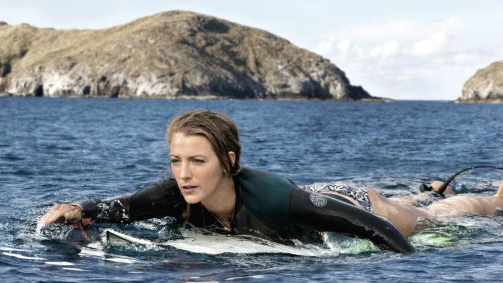 mujer nadando en tabla de surf
