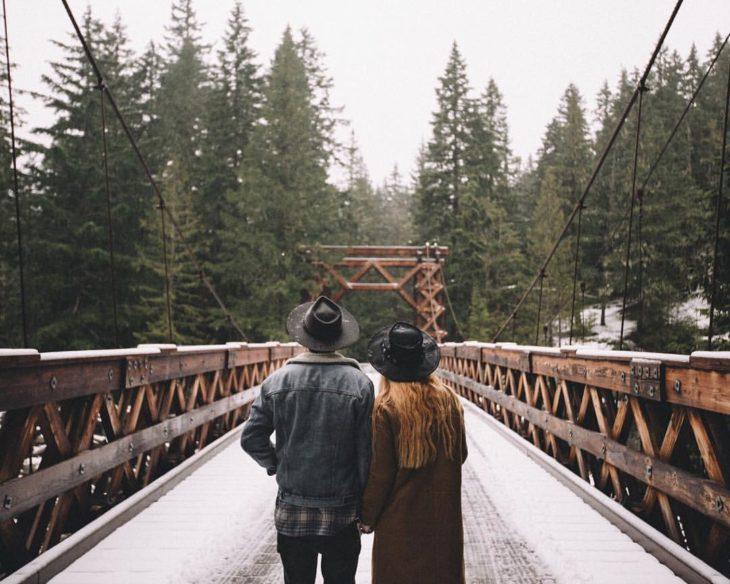 pareja caminando en el bosque