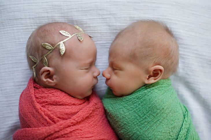 dos bebés frente a frente