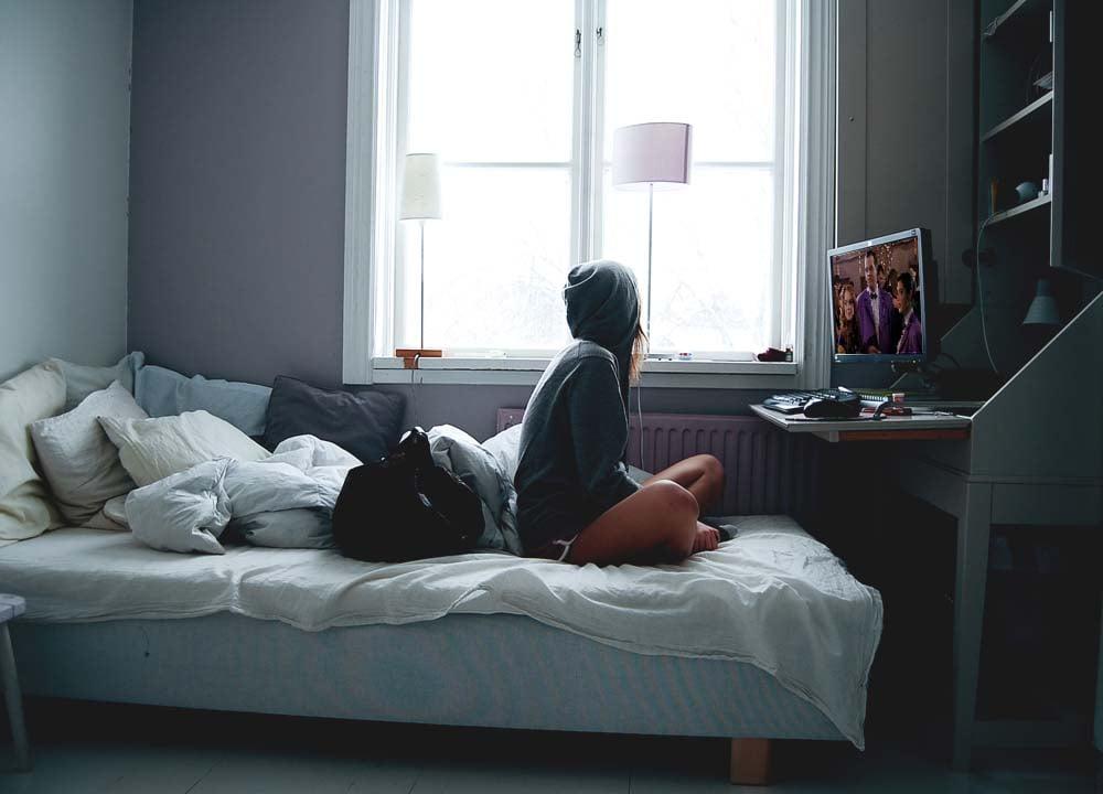 chica viendo películas en la computadora