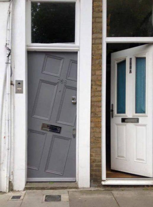 dos puertas mal puestas