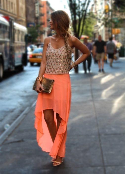 mujer con vestido y top dorado