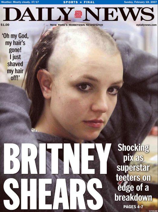 mujer en portada de revista rapándose