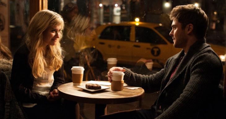 pareja d enovios tomando café