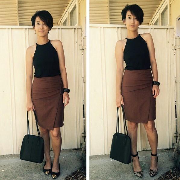 mujer de cabello corto con falda, tacones y zapatos de piso