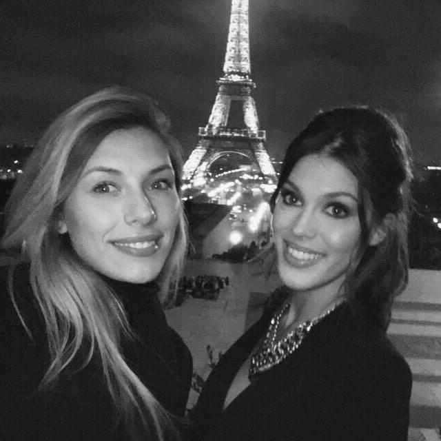 dos mujeres sonriendo y la torre Eiffel