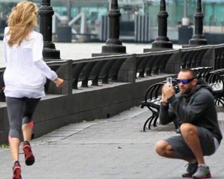 hombre tomando foto a mujer rubia
