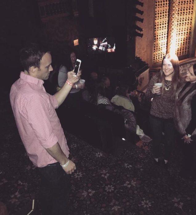 hombre rubio tomando foto a chicas