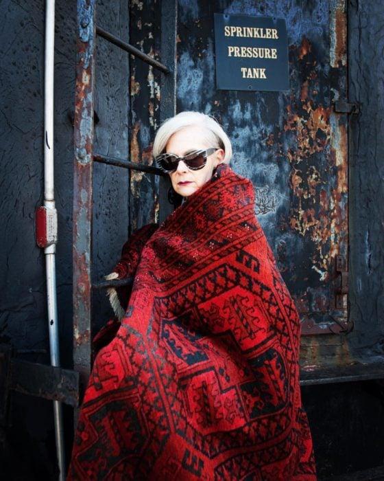 mujer con canas y chal rojo
