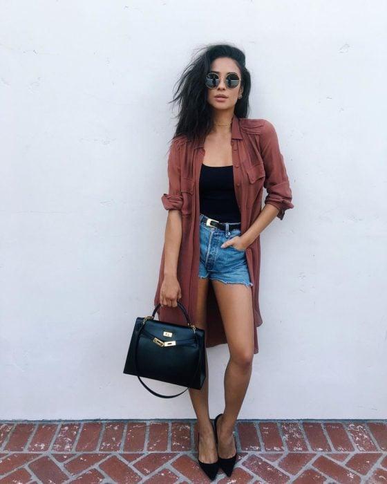 mujer con saco largo y shorts
