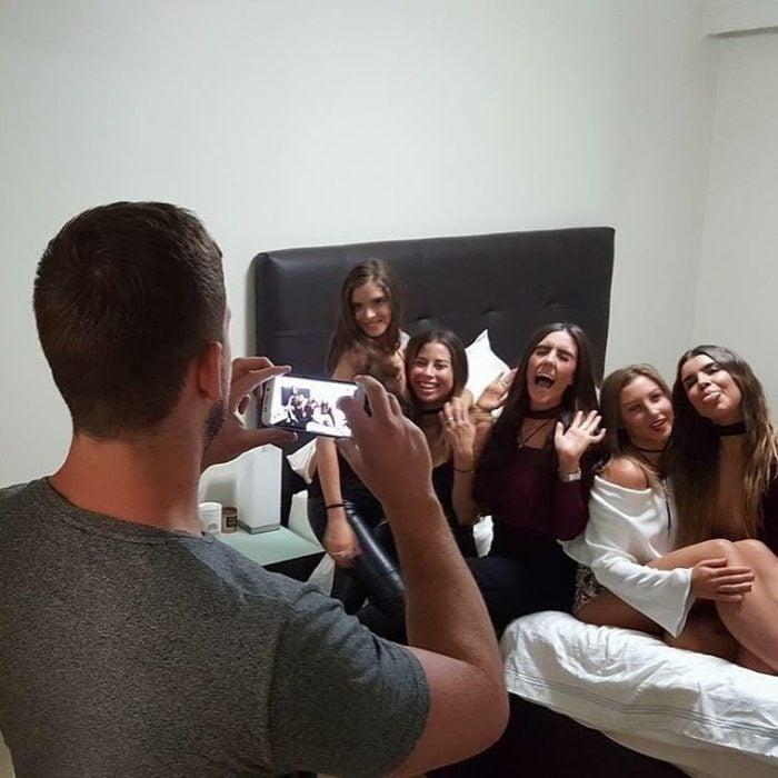 hombre tomando fotos a un grupo de chicas