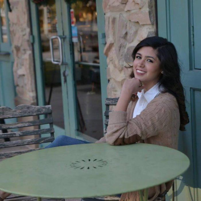 chica sonriendo sentada en una mesa