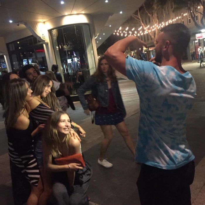 hombre tomando foto a grupo de chicas
