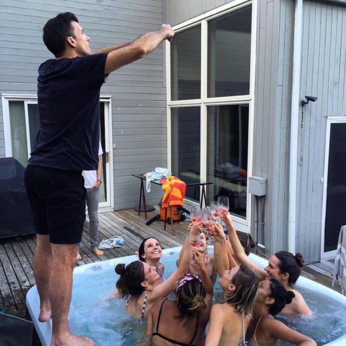 hombre tomando foto a mujeres brindando