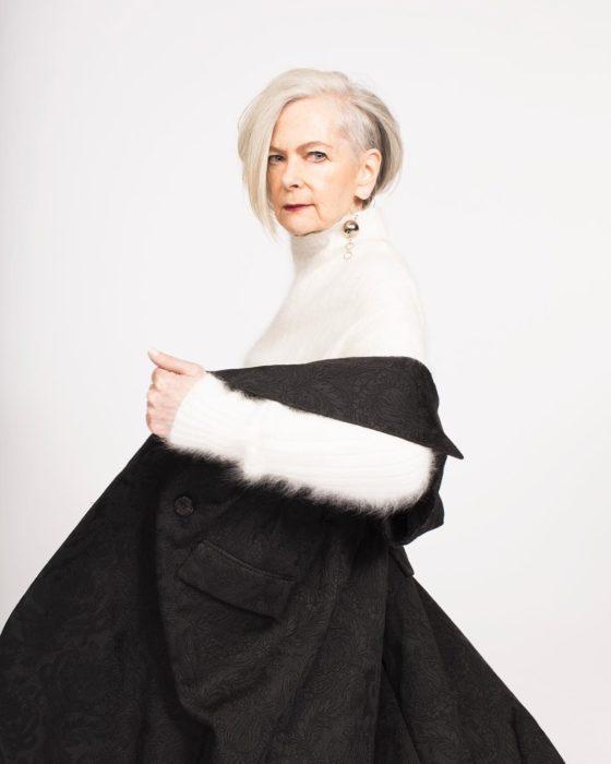 mujer con canas y vestido negro