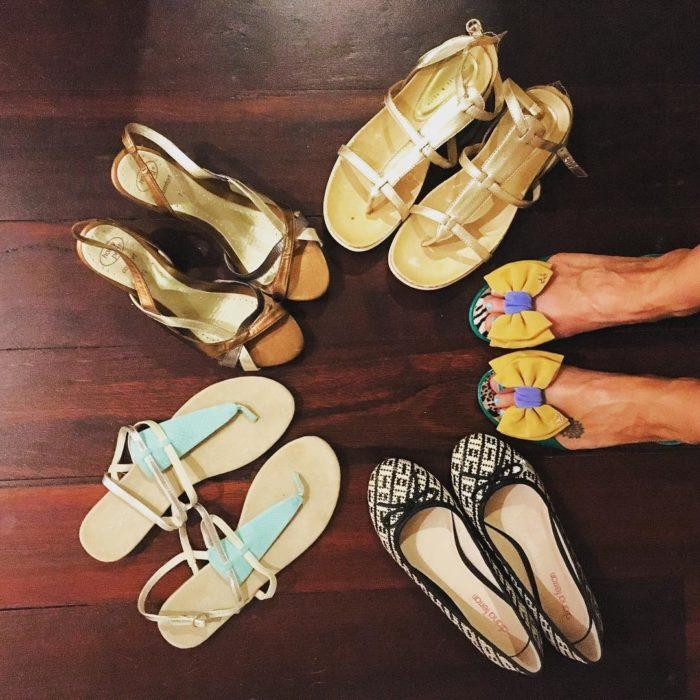 pies de mujer con zapatos de piso y sandalias