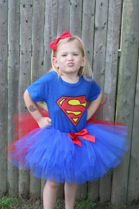 niña vestida de superman