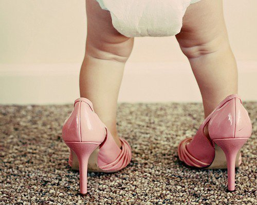 una bebe usando zapatillas rosas