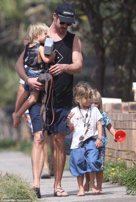Chris Hemsworth paseando por un sendero junto a sus hijos