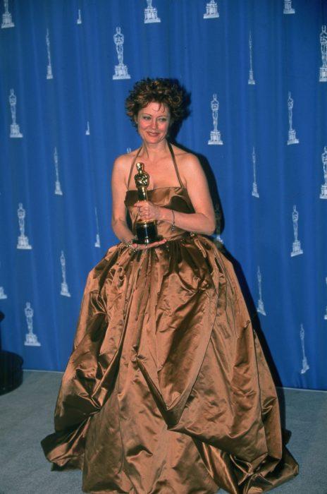 mujer pelirroja con vestido color cobre