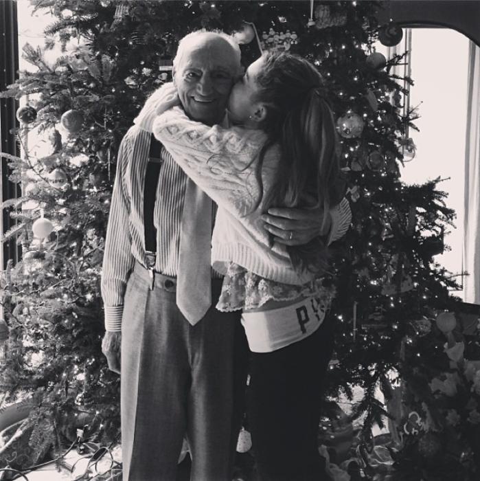 hombre abrazado por chica en árbol de navidad