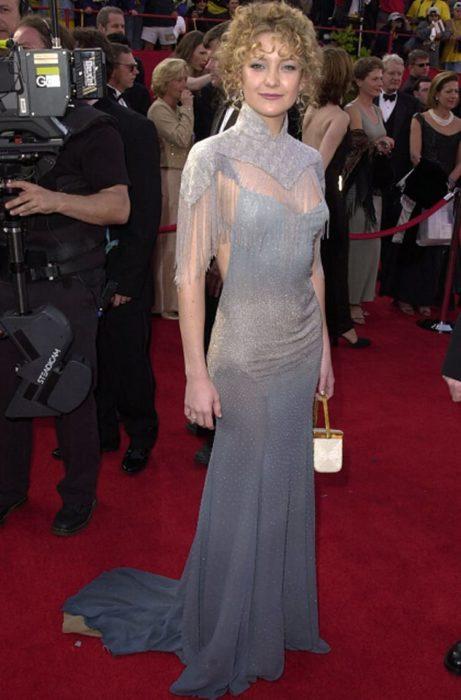 mujer rubia con vestido gris