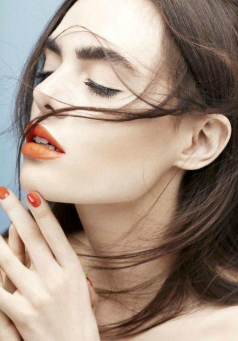 mujer con labios de colores atrevidos