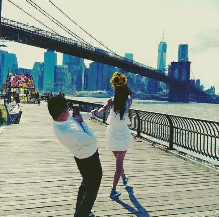Hombre tomando foto a chica