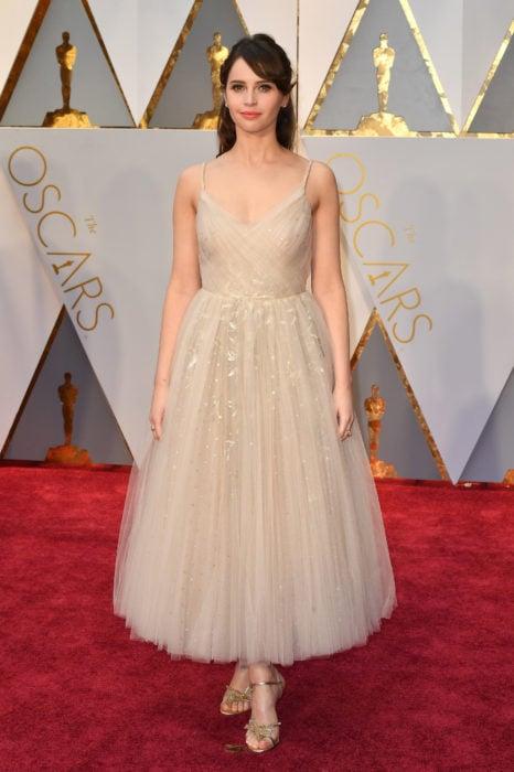 mujer con vestido blanco