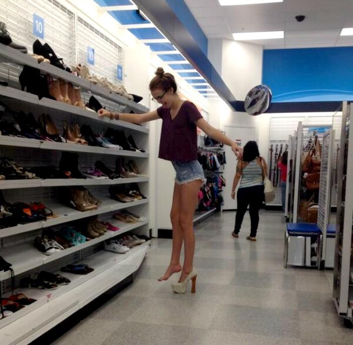 mujer provandose tacones en una tienda