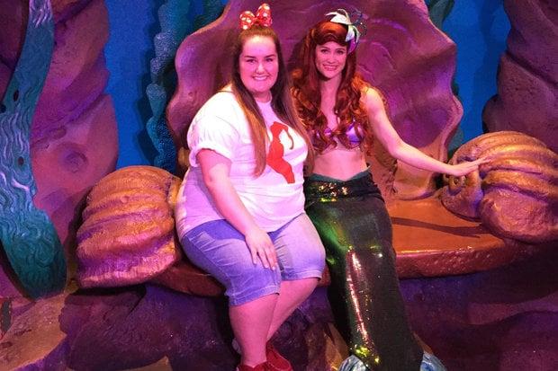 Jenniferal lado de su personaje favorita Ariel