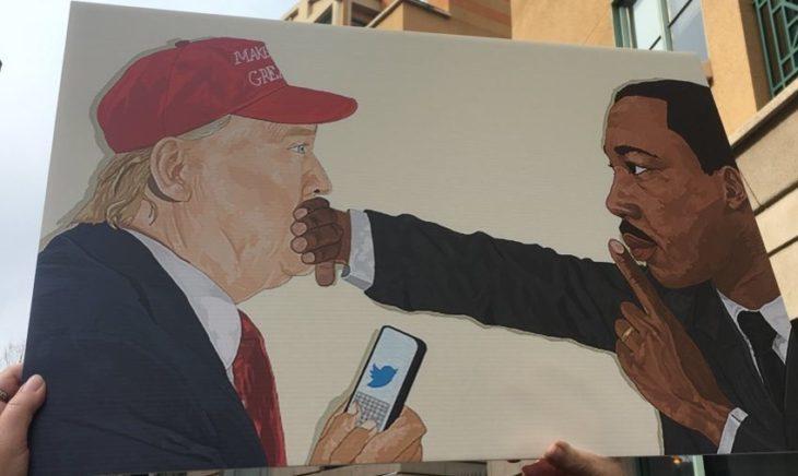 hombre tapando boca de otro en dibujo